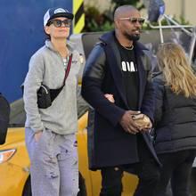 Lässig gekleidet schlendern Katie Holmes und Jamie Foxx Arm in Arm durch die Straßen von New York. Während Katie in Sweatpants und mit Cap und Bauchtasche einen sehr legeren Eindruck macht, setzt Jamie Foxx auf einen klassischen Wollmantel mit Ledereinsätzen. Beide tragen Sonnenbrillen - unerkannt bleiben sie dennoch nicht.