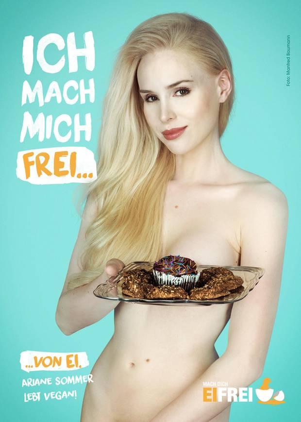 """Sexy Hingucker für die gute Sache: Kolumnistin und Autorin Ariane Sommer zeigt sich in provokanter Pose und macht sich so dafür stark, Eier gänzlich aus Lebensmitteln zu verbannen. Das Motiv ist Teil der PETA-Kampagne """"Mach dich eifrei"""" und wurde vom österreichischen Starfotografen Manfred Baumann in Szene gesetzt, der ebenfalls fleischfrei lebt."""