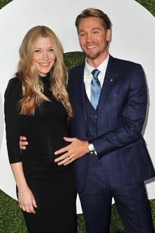 """Auch heute besticht der 37-Jährige, zehnJahre nach der Erfolgsserie """"One Tree Hill"""", durch seine charmante Art. Mit seiner Ehefrau Sarah Roemer hat der gebürtige New Yorker zwei Kinder. Das Paar hat sich bei Dreharbeiten zur Serie """"Chosen"""" kennen gelernt."""