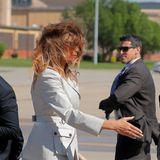 Bei ihrer Ankunft an der amerikanischen Atlantikküste scheint die First Lady etwas durch den Wind zu sein. Die Frisur von Melania Trump saß zumindest schon mal besser...