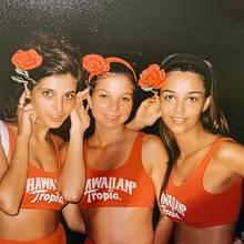 Ein Rückblick ins Jahr 1993: Hier lächelt Verona Pooth (rechts) noch ganz schüchtern in die Kamera. Auf Instagram erinnert sie sich, wie sie damals um den Titel Miss Hawaiian Tropic gekämpft hat. Ob sie ihn gewonnen hat?
