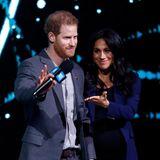 """6. März 2019  Was für eine Überraschung: Prinz Harry holt auf dem """"We-Day"""" plötzlich seine Frau Herzogin Meghan auf die Bühne – das Publikum ist außer sich vor Freude!"""