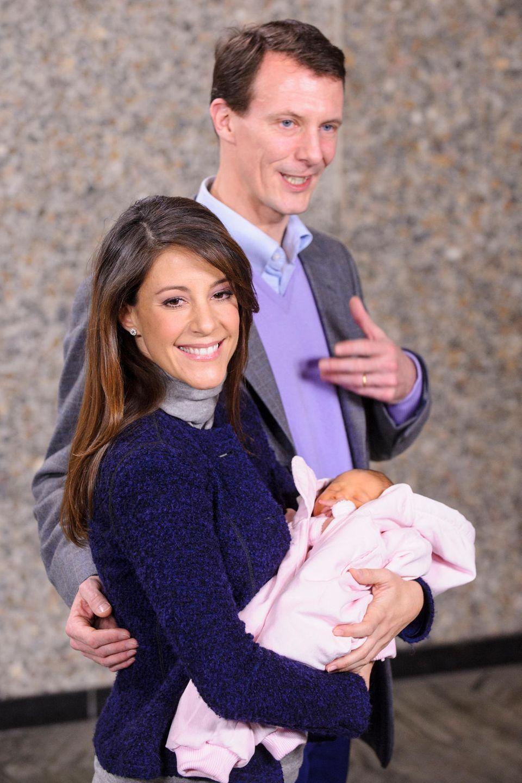 2012  Prinzessin Marie und Prinz Joachim von Dänemark freuen sich über die Geburt ihrer Tochter Athena.