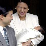 2001  Die kleine Prinzessin Aiko ist das einzige Kind von Kronprinz Naruhito und Kronprinzessin Masako von Japan. Die stolzen Eltern verlassen nach der Geburt mit ihrer Tochter das Krankenhaus in Tokio.