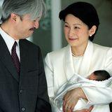 2006  Prinz Fumihito von Akishino und Prinzessin Kiko verlassenmit ihrem Söhnchen Hisahito das Aiiku-Hospital in Tokio, wo der kleine japanische Prinz per Kaiserschnitt zur Welt kam.