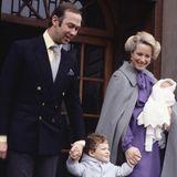 """1981  Prinz und Prinzessin Michael von Kent verlassen mit ihrem neugeborenen Baby, der kleinenLady Gabriella Windsor, und ihrem Sohn Lord Frederick Windsor das """"St. Mary's Hospital""""."""