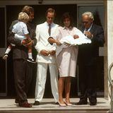 """1986  Prinzessin Caroline verlässt nach der Geburt von TöchterchenCharlotte Casiraghi das """"L'Hôpital Princesse Grace"""". An ihrer Seite sind EhemannStefano Casiraghi (†30), der den kleinen Andrea auf dem Arm hält, ihr Bruder Fürst Albert sowie ihr Vater Fürst Rainier III. (†81)."""