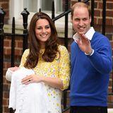 """2015  Das zweite Kind von Herzogin Catherine und Prinz William ist ein Mädchen. Die stolzen Eltern zeigen die kleine Prinzessin Charlotte vor dem """"St. Mary's Hospital"""" den Fotografen und Fans."""