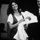 1984  Glücklich strahlend zeigt Caroline von Monaco vor dem Krankenhaus ihren Sohn Andrea Casiraghi.