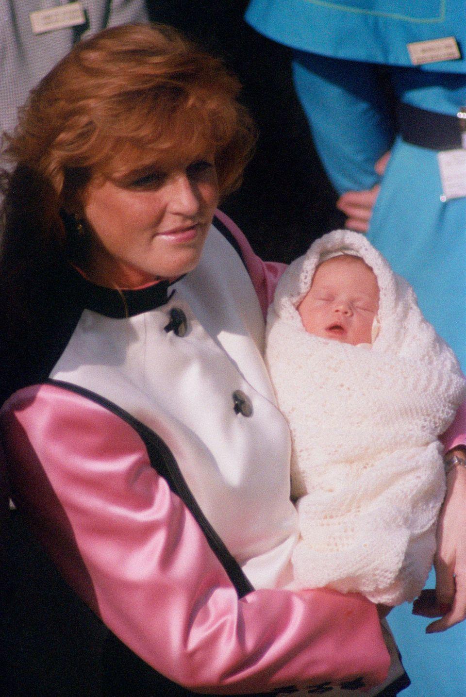 """1990  Sarah Ferguson verlässt mit ihrer zweiten Tochter, der neugeborenen Prinzessin Eugenie, das """"Portland Hospital""""."""