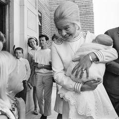 """1970  Vor dem""""King's College Hospital"""" zeigt Katharine, Herzogin von Kent, stolzihren Sohn Lord Nicholas Windsor."""