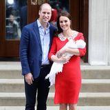 2018  Prinz William und Herzogin Catherine posieren mit dem neugeborenen Prinz Louis vor dem Lindo Wing.