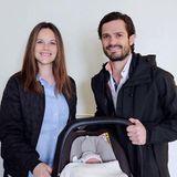 2016  Prinz Alexander ist das erste Kind von Prinzessin Sofia und Prinz Carl Philip. AufihremWeg aus dem Krankenhaus lassen sich die stolzen Eltern mit ihrem Sprössling, der in einer Babyschale schlummert,fotografieren.