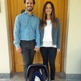 2017  Noch im Krankenhaus posieren Prinz Carl Philip und Prinzessin Sofia für einen ersten Schnappschuss mit ihrem neugeborenen Söhnchen Prinz Gabriel.