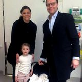 2016  Prinzessin Estelles Geschwisterchen ist da: Kronprinzessin Victoria und Prinz Daniel tragen den kleinen Prinz Oscar in einer Babyschale aus dem Karolinska-Krankenhaus nahe Stockholm.