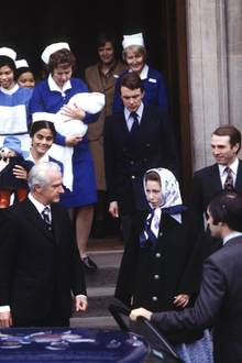 1977  Prinzessin Anne und ihr damaliger Mann Mark Phillips verlassen mit Söhnchen Peter Phillips das Krankenhaus.
