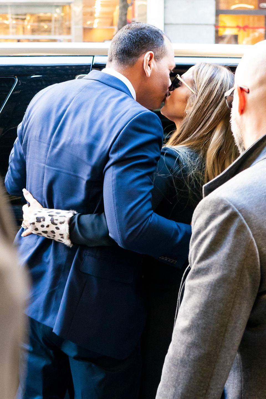 Bevor es in die Limousine geht, drücken sich Jennifer Lopez und ihre Ehemann Alex Rodriguez noch schnell einen Kuss auf die Lippen.