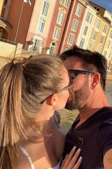 """Für Michael Wendler und seiner 18-jährigen Freundin Laura gehörenLiebesbekenntnissewie dieses Kussfotobereits zum Alltag. Die unzähligenPaarfotos teilt das Paar so gut wie immer mit ihrer Instagramgemeinde – die mit gemischten Meinungen darauf reagieren. Was auffällt: Laura hat bereits doppelt so viele Pärchenfotos wie der Wendler gepostet. Unter das aktuelle Foto schreibt die Schülerin: """"Liebe dich mehr""""."""