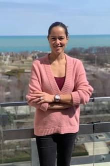 An einem sonnigen Tag möchte auch Ana strahlen und entscheidet sich für einen rosa Pullover. Besonders cool: Sie zieht darunter ein Top in einer anderen Farbe an, sodass eine Art Color-Blocking entsteht.