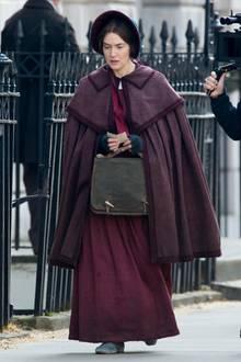 """Wie wandlungsfähig Schauspielerin Kate Winslet ist, hat sie uns bereits häufiger unter Beweis gestellt. Doch in einer Robe aus dem 19. Jahrhundert und dunkel gefärbten Haaren, wie hier für die Dreharbeiten des Films """"Ammonite"""" in London,überrascht sie uns aufs Neue."""