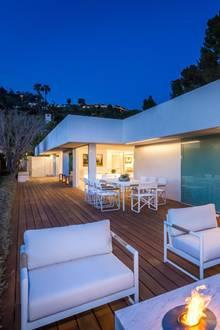 Ob Orlando Bloom und Katy Perry hier ein paar laue Stunden zu zweit verbracht haben? Die großzügige Terrasse mit Marmortisch und integrierter Feuerstelle bietetsich jedenfalls für einen romantischen Abend an.