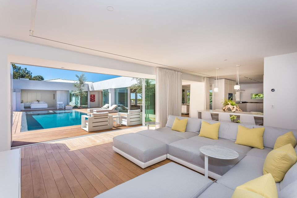 """Herzlich Willkommen im ehemaligen Zuhause von Orlando Bloom! Der """"Herr der Ringe""""-Schauspieler verkauftseine 4.011 qm große Villa in Beverly Hills. Der Preis? Schlappe 8,9 Millionen Dollar, umgerechnet also 7,9 Millionen Euro. Die Immobilie liegt in der """"Billionaires 'Row"""" mit herrlichem Blick über die Stadt und das Meer. Mit ihrenvier Schlafzimmern und vier Badezimmern ist nicht nur genügend Platz vorhanden, sondern durch die Vielzahl an Schiebetüren ist die Villa auch ideal für ein Leben im Innen- und Außenbereich geeignet."""