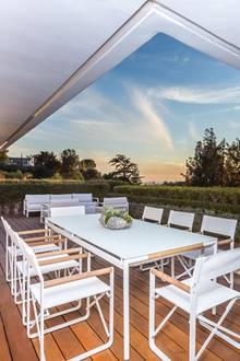 Wer sich jetzt bereits vor seinem inneren Auge mit seinen besten Freunden dort beim Sonnenuntergang sitzen sieht, sollte sich vielleicht schnellstmöglich mit dem Immobilien-Makler in Verbindung setzen. Denn wie lange diese Traum-Immobilie noch auf dem Markt sein wird, ist ungewiss.
