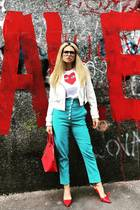 """""""Rot ist meine Lieblingsfarbe"""", schreibt Michelle Hunziker auf Instagram und lässt es ordentlich krachen: In sündigen High Heels und Highwaist-Hose posiert sie vor einer Graffiti-Wand. Rot steht für Liebe und Leidenschaft. Das passt zu der schönen Moderatorin."""