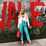 """""""Rot ist meine Lieblingsfarbe"""", schreibt Michelle Hunziker auf Instagram und lässt es ordentlich krachen: In sündigen High-Heels und Highwaist-Hose posiert sie vor einer Graffiti-Wand. Ein Hingucker ist dabei auch ihre Hose. Die schöne Moderatorin scheint beherzt zu kräftigen Tönen gegriffen zu haben."""