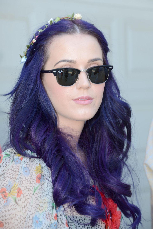 Katy Perry ist bekannt dafür, dass sie gern mal neue Haarfarben ausprobiert. Für ihren Festivalbesuch hat sie sich ein dunkles lila im Haar und einen süßen Blumenkranz ausgesucht.