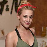 """Lili Reinhart trägt ein rotes Bandana zu ihrem Messy Bun. Der """"Riverdale""""-Star hat sich fürs Musikfestival Coachella im Rock'n'Roll-Style frisiert."""