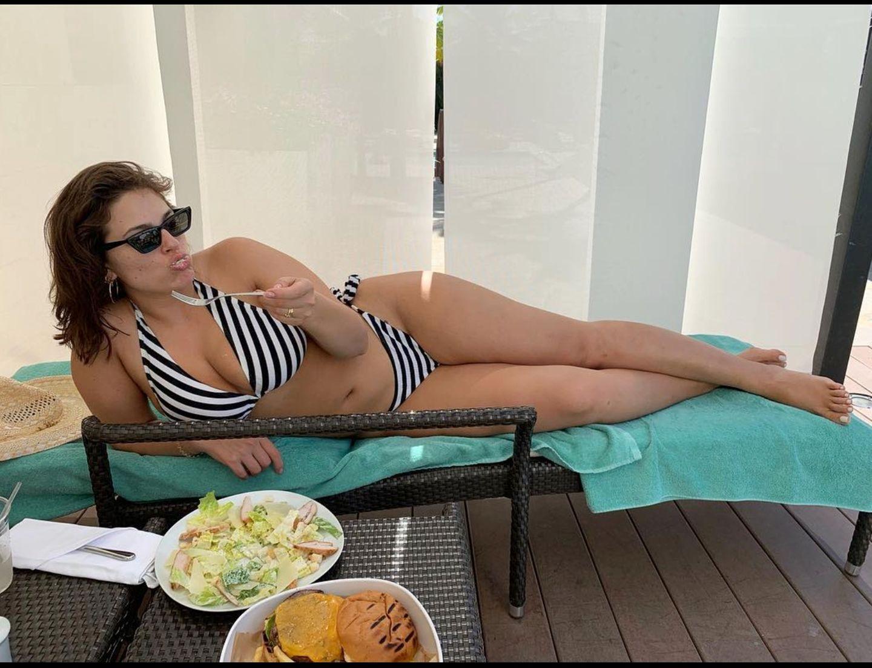 Curvy-Model Ashley Graham macht es richtig: Sie steht zum Essen erst gar nicht von ihrer Sonnenliege auf. Bei ihr gibt es neben einem gesunden Salat auch einen saftig aussehenden Burger – ein perfekter Mix eben.