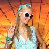 It-Girl Paris Hilton liebt den Hippie-Look. Zum blauen Batikkleid trägt sie einen passenden Blumenschmuck im Haar.