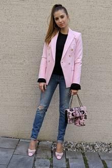 """Mit zerschlissener Hose und der rosafarbenen Tasche sieht Cathy Hummels fast so aus, als sei sie einem CD-Cover aus den 2000ern entsprungen! """"Mrs. Mama Cool"""", schreibt sie."""
