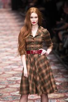 """Ob auf dem Catwalk oder bei Shootings: In 2014 versucht Jana Heinisch bei GNTM zu überzeugen. Mit ihren roten Haaren fällt sie extrem auf und hat großes Potenzial. Doch leider reicht es """"nur"""" für den 14. Platz."""