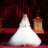 Ein besonders ausladendes Ballkleid mit enormen Tüllrock zeigt Dolce & Gabbana