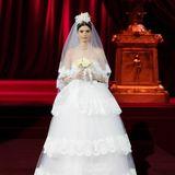 Sehr sizilianisch - mit feinster Spitze auf unterschiedlichen Lagen und einem tiefen Bardot-Ausschnitt - hat Dolce & Gabbana dieses Brautkleid gestaltet.