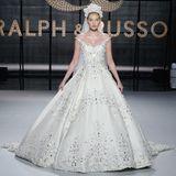 Ralph & Russo kreieren eine schlichte Prinzesslinie, besetzten den edlen Stoff jedoch mit edlen Ornamenten, sodass ein wahres Highlight entsteht.