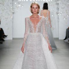 Bei dieser Kreation von Mira Zwillinger könnte man glatt meinen, das Model wäre nur mit Silberfäden bekleidet. Tatsächlich liegen diese jedoch auf einem transparenten Stoff auf.