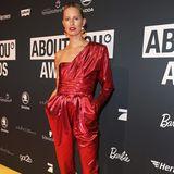 Bereits im vergangenen Jahr besuchte Supermodel Karolina Kurkova die About You Awards. Offenbar hat es ihr so gut gefallen, dass sie in diesem Jahr auch wieder dabei sein wollte. In einem roten, metallischen Einteiler kann sie auf dem Red Carpet glänzen.
