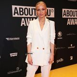 Cooler Look: Janin Ullmann posiert auf dem Red Carpet in einem weißen Hosenanzug mit Oversize-Blazer.