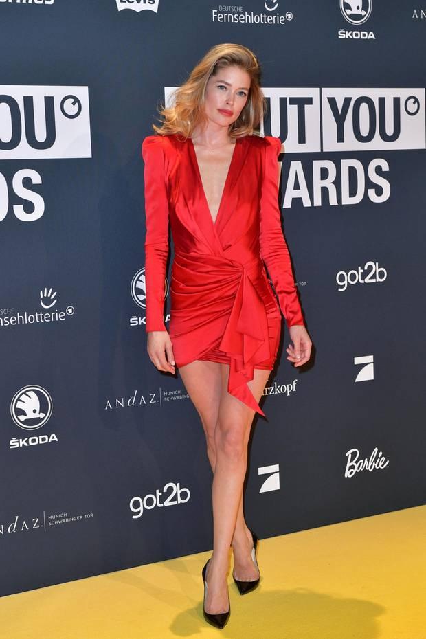 """Internationaler Starauflauf in München: """"Victoria's Secret""""-Engel Doutzen Kroes schreitet in einem roten Minikleid mit tollen Details über den Red Carpet der About You Awards 2019."""