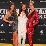 """Blogger Riccardo Simonetti, ausgezeichnet als """"Idol of the Year"""", posiert zwischen den beiden """"Victoria's Secret""""-Models Lorena Rae und Karolina Kurkova."""