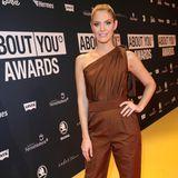 Einteiler scheinen bei den diesjährigen About You Awards ziemlich beliebt zu sein: Auch Moderatorin Viviane Geppert trägt einen Overall - ihr Modell ist One-Shoulder.