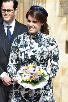 Das florale Kleid von Erdem kombiniert die Prinzessin farblich passend mit einem Hütchen in Flechtoptik.