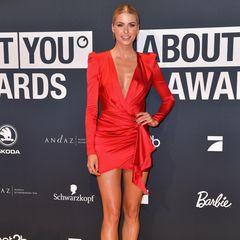 Lady in Red: Model Lena Gercke zeigt sich super hot in einem Kleid vonAlexandre Vauthier auf dem Red Carpet der About You Awards 2019.
