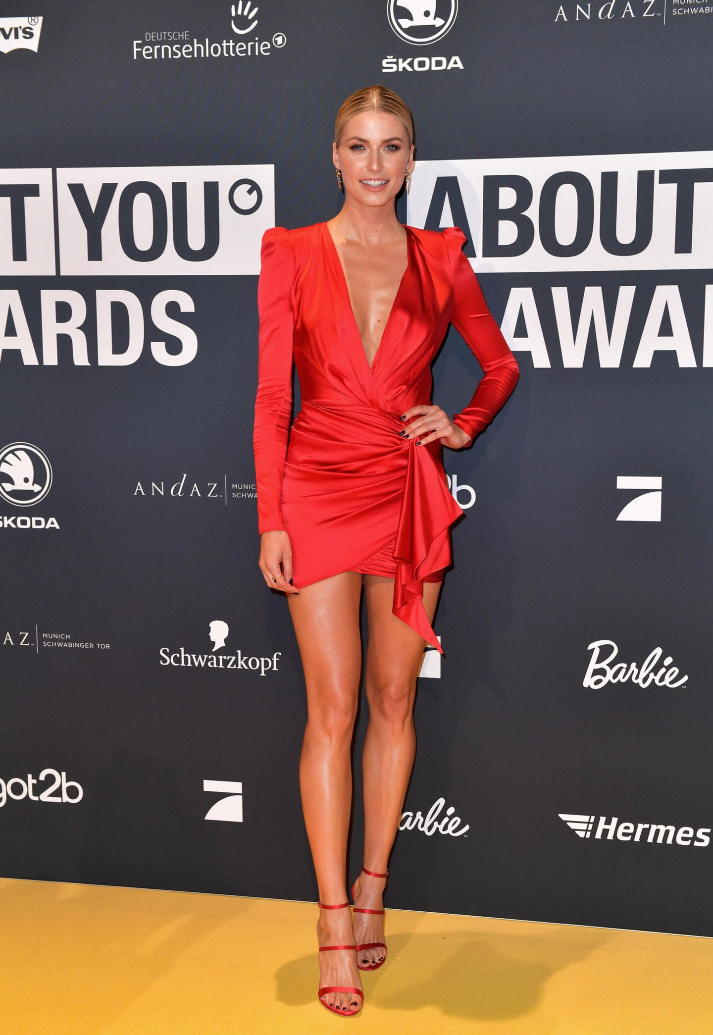 Lady in Red: Model Lena Gercke zeigt sich super hot in einem Kleid von Alexandre Vauthier auf dem Red Carpet der About You Awards 2019.