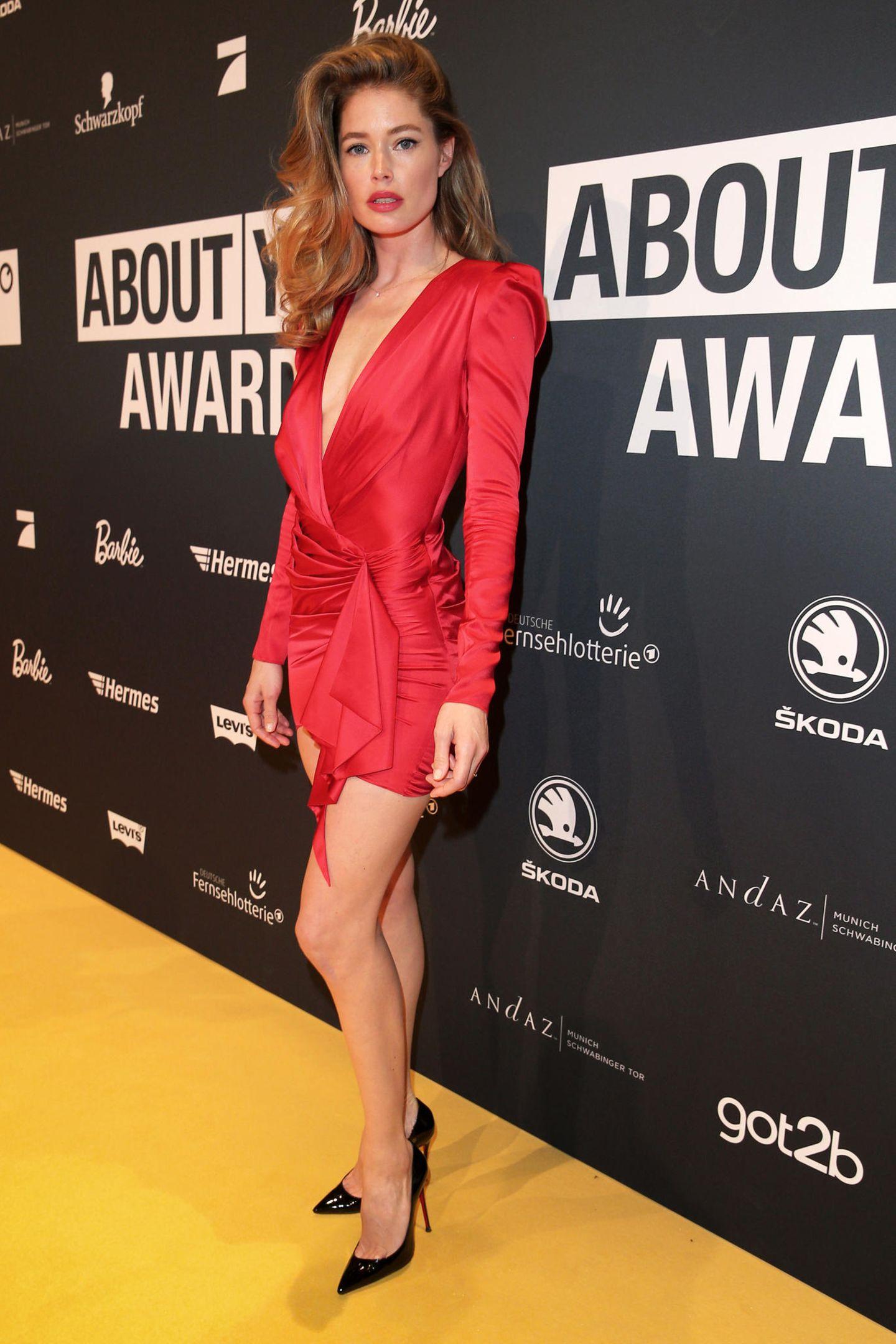 """Kurz nach Lena erscheint auch """"Victoria's Secret""""-Model Doutzen Kroes auf dem Red Carpet der About You Awards und wir mussten zweimal hinschauen: Trägt sie etwas das gleich Kleid wie Lena Gercke? Ja! ..."""