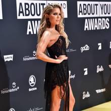 """Bei den """"About You""""-Awards in München posiert Sylvie Meis nur wenige Tage nach Bekanntgabe der Trennung wieder als Single auf dem Red Carpet. Dabei zeigt sie sich an diesem Abend ganz besonders sexy - und deutlich freizügiger als gemeinsam mit Bart - in einem Kleid von Jasmin Erbas und beweist, dass sie vermutlich nicht lange alleine bleiben wird."""