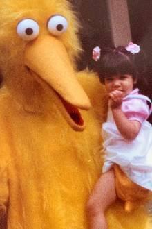 """Kourtney Kardashian  An ihrem zweiten Geburtstag saß die süße Kourtney als """"Sesamstraße""""-Fan noch auf dem Arm von Bibo."""